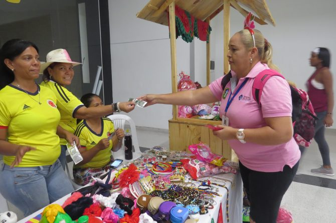 Materno dona preservativos a visitantes de centro comercial