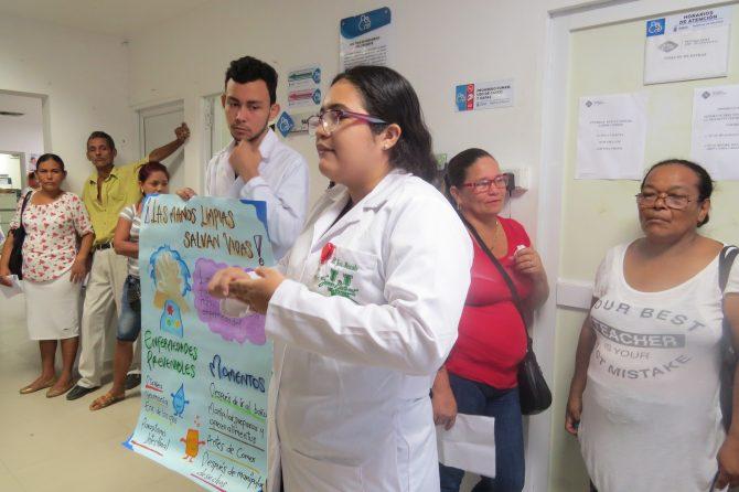 Estudiantes dan charla a usuarios del Materno sobre lavado de manos