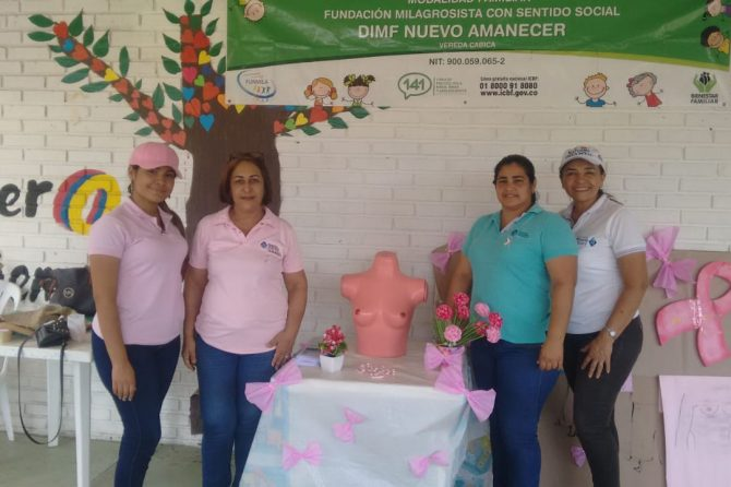 Funcionarias del Materno les enseñan a mujeres de Cabica sobre cáncer de mama