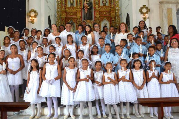54 niños de la Isla de Cabica recibieron su primera comunión.